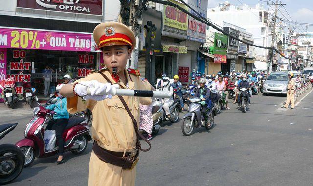 Cậu bé ung thư xương ở Sài Gòn thực hiện ước mơ làm CSGT