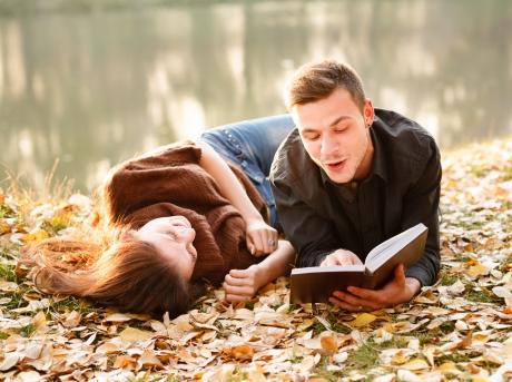 8 điều lý giải tại sao con gái chết mê các anh chàng mọt sách
